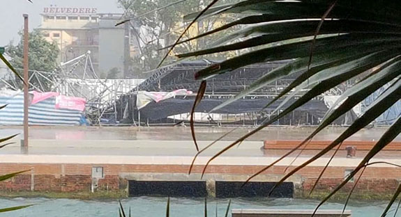 Cloudburst with winds up to 100 km/h: Pink Night stage collapses in Bellaria